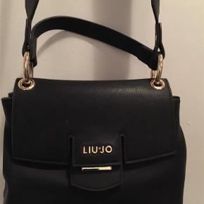 Brand: Liu-jo Varetype: taske Størrelse: ? Farve: sort Oprindelig købspris: 800 kr.  Liu-Jo taske, i rigtig pæn stand, købt i år, hankene kan tages af og forstykket kan skiftes...