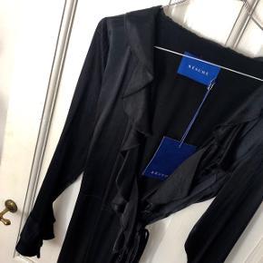 """Resume """"Denka Dress"""" flæse kjole i farven sort str. 36. Nypris 1.200 kr. 🦍 Materiale: 100% viskose   Byd gerne kan både sendes på købers regning eller afhentes i Aarhus C 📮✉️"""