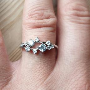 Sød lille sølvring med sten. Str medium. Se flere nye smykker under profilen. Pakke 25 kr