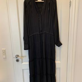 Flot kjole fra Six Ames med stolpelukning og løbegang med snøre, to lommer og blonde detaljer på underdelen