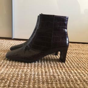 Mango fake-croco ankelstøvle med lynlås. Hælen er ca. 6 cm og virkelige behagelige at gå i. Sælger kun fordi jeg nu er blevet mor 🤷♀️ Næsten ikke brugt.   🍀 Køb 3 varer og få den billigeste gratis!
