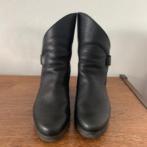 Sorte ankelstøvler fra Arche.  Lækkert blødt læder, komfortable tyk gummisål- og hæl. Elegant lukning ved ankel.