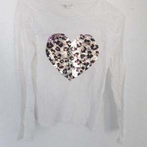 Skøn bluse med leopard hjerte i pallietter. Kan også blive pink.