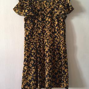Kjole fra Vero Moda - og brugt en gang, så ser ud som ny🌼 Let i stoffet og føles som silke. Kan sendes med DAO eller aftale afhentning i Aalborg/København