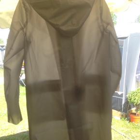 Lidt krøllet fra skabet, men ellers ikke brugt. Virkelig fin regnjakke, som er i gennemsigtigt design.