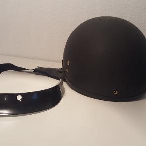 Fin MC hjelm, i mat sort, aldrig brugt!  Lille skærm følger med til at sætte på.  Pris: 200,-