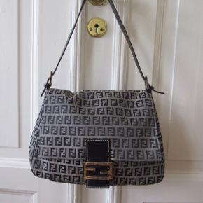 Den fedeste Fendi Mamma Baguette holdt i super god stand. Tasken er den perfekte ikoniske sommertaske🌸 Der medfølger ikke noget🌸 tasken måler 26*19cm og skulderremmen er 22 cm.