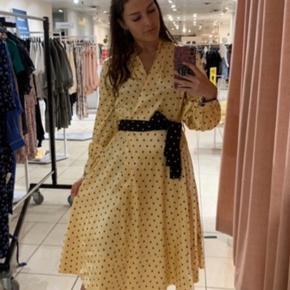 Jeg overvejer at sælge min Stine Goya kjole, hvis det rette bud opnås. Den er købt i Magasin i sommers. Nyprisen er 2.600,- og prismærket sidder stadig i.