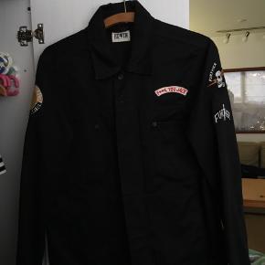 Lækker tynd jakke fra Edwin, den fitter nok en str small.  Skriv for mere info