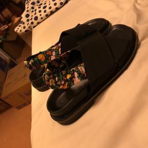 Super flotte Ganni sandaler i en str 38. De er brugt et par gange og har dermed lidt slid på hælene   Sælgere dem da de ikke passer mig :)
