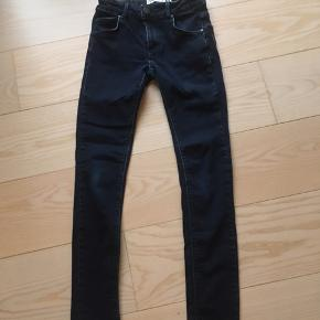 Fede jeans i stræk denim.  Model Bowie str w25/M.  Super fin stand uden slid, pletter eller huller. Med regulerbar talje.  Købt i Salling Fra røgfrit hjem.