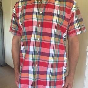 Flot skjorte fra TH. Brugt meget få gange, er som ny og fejler intet.  Str XL.  Byttes ikke.