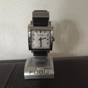 Lækkert unisex mode-ur fra FUBU, købt på auktion. Er aldrig brugt, og stadig i indpakning. Rustfrit stål og læderrem.  Der skal nyt batteri i, hvilket ikke koster særlig meget at få gjort ;)  Tjek endelig mine andre annoncer ud 🌸🛍