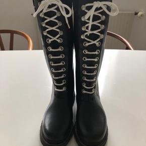 Fine gummistøvler, de er brugt, men stadig pæne og velholdte.   Bytter ikke.
