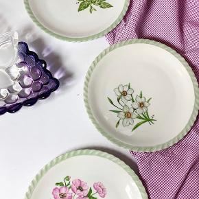 |FOR SALE| smukke vintage tallerkener med grøn swirl kant og 4 forskellige farverige blomster motiver. De her bliver man bare glad af 🌸🌼🌺🌻 Vi har 4 styk som sælges samlet for 25kr pr styk. De har ingen skår og står i tip top stand ✨