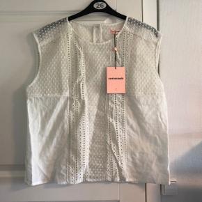 Super fin hvid top fra Custommade, størrelse 44/XXL. Ideel til den kommende studentertid. Ny pris 1.500,-