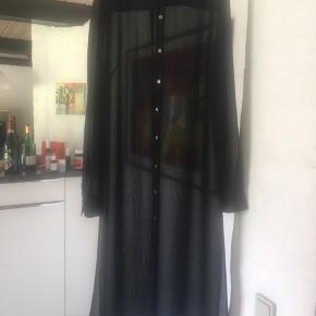 Silkeciffon skjortekjole sort HM conscious Nypris 699,- Brugt 1 gang Fremstår fuldstændig som ny