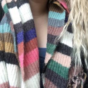 Multifarvet uldtørklæde i den flotteste farvekombination i 100% uld.  Måler min. 2m i længden og 30cm  i bredden.  Indeholder bl.a. farverne kongeblå, pink, mørkegrøn, rosa, beige, gråsort, mintgrøn, sennepsgul, råhvid, blågrå og rustrød.   Har været i brug ganske lidt - har ikke synlige brugstegn.   Mængderabat gives 😊✨