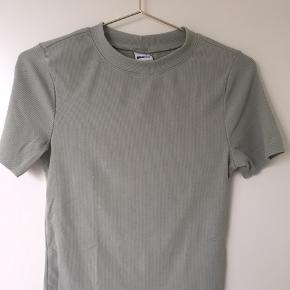 Støvet grøn T-shirt fra Gina tricot
