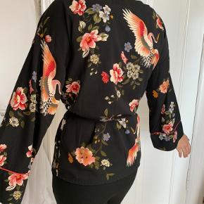 Flot og aldrig brugt slå om bluse i kimonostyle!