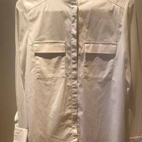 Skøn skjorte med transparente ærmer og 2 brystlommer. Virkelig fin skjorte.