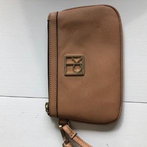Sød lille taske. Der kan ikke være meget i men en mobil, læbestift og kreditkort. Perfekt til en bytur eller aften ude.