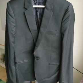 Flot klassik sort blazer fra Paul smiths hovedlinje, produceret i Italien og lavet i uld. Den er med en enkelt knap front og to lommer inderforet. Str. er angivet til 38, hvilket er en M eller str. 48. Regulær fit.   Mp 650