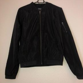 Sort bomber jacket fra only i en størrelse small.