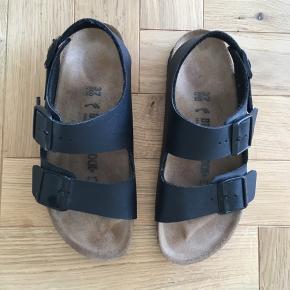 Sælger disse fine sorte birkenstock sandaler. Fik dem sidste år, men har aldrig gået med dem. Ingen slid.