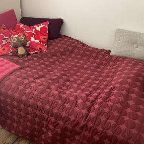Sælger dette fine dot sengetæppe fra HAY, da jeg jeg ønsker en anden farve. Skrive endelig, hvis spørgsmål måtte haves :)