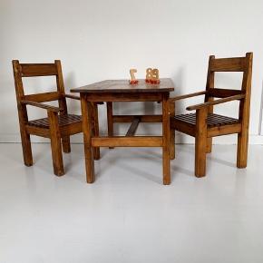 Skønt bord/stole-sæt i træ med mørk olie.  Bord: L75 B45 H47 - Pris 300kr Stol: Siddehøjde 26cm B31- 225kr pr stol