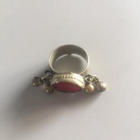 Smuk indisk ring med raslende perler og rød glassten.