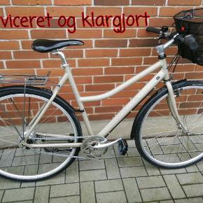 """Kildemoes Kolibri 7 Gear 56cm aluminum stel, 28"""" hjul.              Kvalitet  cykel fra KIldemoes. Stor Alu. ramme og passer til rytter på over  175 cm Cykel er profesionelt serviceret og klargjort til ny ejer.  Har fået nye dele: Kæde rustfri Gearhjul Dæk punkteringsfri Schwalbe CX Skærme Pedaler Håndtager Wire komplet Kurv (aftagelig)  Alt er smøret og veljusteret. Funker fejlfrit og er 100% i orden ,Ingen rust Det er en friløber dvs. ingen fødbremse . Begge bremse er håndbremse!!! Ingen skidt eller fedt ,ren som nyt!! Super hurtig og komforttabel cykel. Kom og prøve uforpligtende..   Din gamle cykel kan indgå i handel .Pris efter stand."""