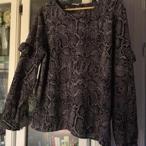 skøn tunika / bluse fra VRS woman str. XXL i slangeskinds-mønstret stof. (grå/sort) 95 % polester 5% elastan næsten som ny bud fra 65 kr + evt. forsendelse  *Handel kan foregå kontant, via TS, bankkonto & Mobilepay*