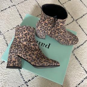 Super fede ruskindsstøvler i leopard print Sælges da de ikke bliver brugt  Brugt 2 gange Kan afhentes på Esplanaden  Hælhøjde: 6,5 cm