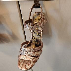 Platform sandaler, evt.til en 70'er fest. 12cm høj i alt, hvoraf 3cm er platform.