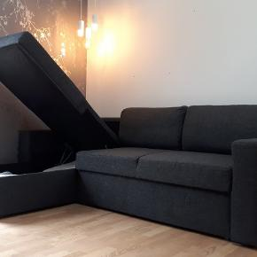 Sort sovesofa fra Jysk, med chaiselong.   Udslået ligge mål = 148x198 cm. Bredde med armlæn = 229 cm.  Højde (På ryggen af sofaen) = 83 cm.  Dybde på sofasæderne = 88 cm.  Dybde på chaiselong = 163 cm.   Sofaen er 3 år gammel, men har ingen mærker eller pletter - den har ikke været brugt veldig meget.  Sofaen kan spejlvendes (bygges så chaiselongen sidder på den anden side).  Chaiselongen kan bruges som opbevaringplads.