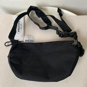 Sort unisex crossover / bæltetaske fra Eastpak. Model Springer (2L) Mål: bredde ca 23 cm og højde ca 17 cm og dybde ca 9 cm Nypris 240 og sælges for 125 plus Porto
