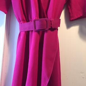 Vintage kjole Går til under knæ God stand  Bælte i taljen  Chiffonagtigt stof Passes af str M eller L