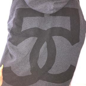 Oversized hoodie fra 5preview med print på ryggen, sender gerne flere billeder 🖤