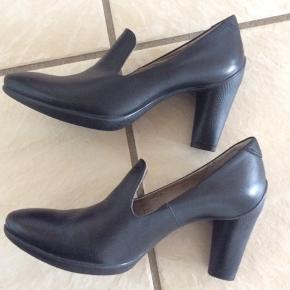 Sorte Ecco sko str 38, brugt få gange. Hælens højde: ca 7 cm. I rigtig pæn stand.