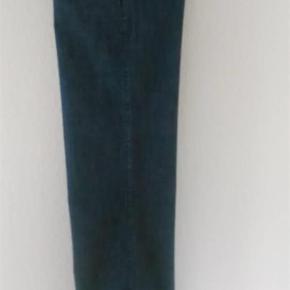 Varetype: Jeans fra Vero Moda Størrelse: 31/34 Farve: blå  Lækre klassiske jeans fra Vero Moda. Str 31/34. Har to par i mørkeblå. Har dem også i lyseblå. Bytter ikke. 120 pp. Sendes med Dao, så pakken kan spores.