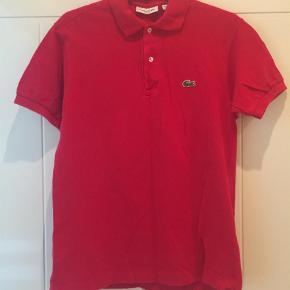 Varetype: Polo Farve: Rød  Flot rød Lacoste polo brugt 2 gange så som ny. Str. S