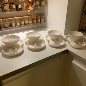 Sælger 4x VIPP brunchsæt bestående af: tallerken, skål, kaffekop og æggebæger. Det er brugt MAX fem gange, så derfor næsten som ny. Sælger også 4x VIPP skåle str large, se min anden annonce. Sælger GERNE samlet! Kan hentes i Aarhus eller Odense