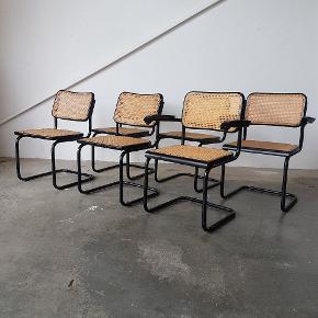 """6x frisvinger spisebordsstole i sort lakeret stel. Heraf 2 med armlæn.  Stemplet """"made in Italy"""". Står i flot stand.  Pris 6000,-   Se evt mine andre annoncer for mere dansk design. Levering på strækningen Århus-KBH, samt hele Fyn.  Vintage. Retro. Marcel Breuer. Thonet. Caféstol"""