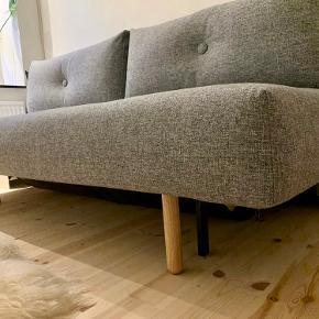 Super flot sovesofa. Sælges grundet flytning, har bare stået på gæsteværelset og fungeret som pynt. Denne sofa har den perfekte størrelse, når den er slået ud kan to mennesker komfortabelt sove derpå.  Måler: L: 200 B: 140 H: 63 udstået.  Står som ny.  Skal hentes i KBH K.  BYD.