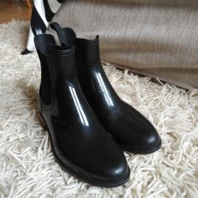 Navyboot rain boots, size 38, scuffed on the insides (per pic) but great condition otherwise