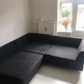 Super fin modul sofa, der nemt kan passe 3-4 personer. Sofaen har et hul på det ene modul, og derfor gives dette med gratis hvis man ønsker, det kan nemt dækkes med et tæppe eller lign. Ellers kan sofaen fungere uden det tredje modul. Modulerne måler ca 100cm X 100cm, og kan både arrangeres som hjørnesofa eller en lang sofa. Kom gerne med bud. Sofaen kan hentes på nørrebro.