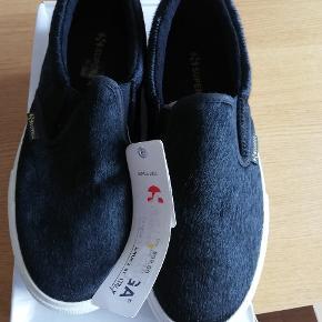 Superga Sneakers i str. 39  Nypris: 899 kr. Stand: Ubrugt  Prisen er fast.  Kan afhentes i Aarhus C. Fragt 45 kr. med Dao.