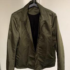 Lækker jakke fra Tiger Of Sweden Str L.  Lynlås og knap lukning.  Brugt få gange. Nypris 1.500,00.